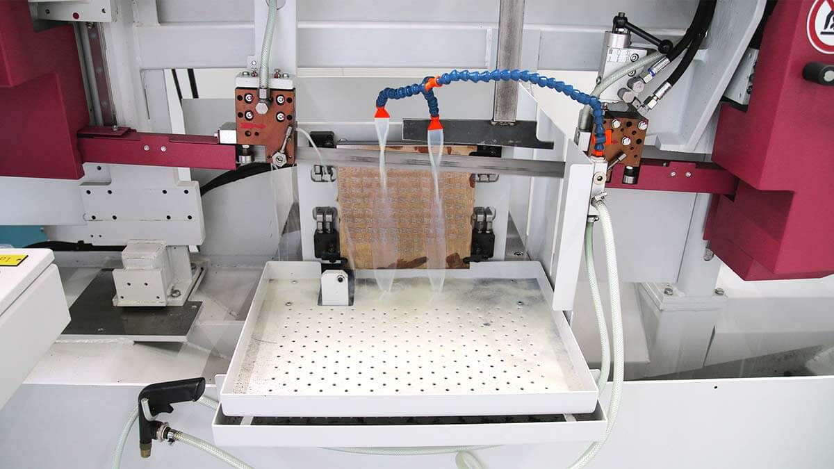 Bandsaw HBE320-523 3D sawing a 3D base plate