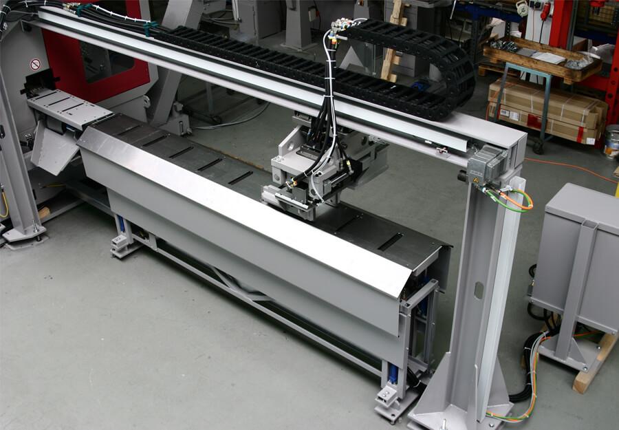 Behringer Eisele HCS Metallkreissägeautomat mit Kipprollenbahn zur Entsorgung der Abschnitte in Behälter