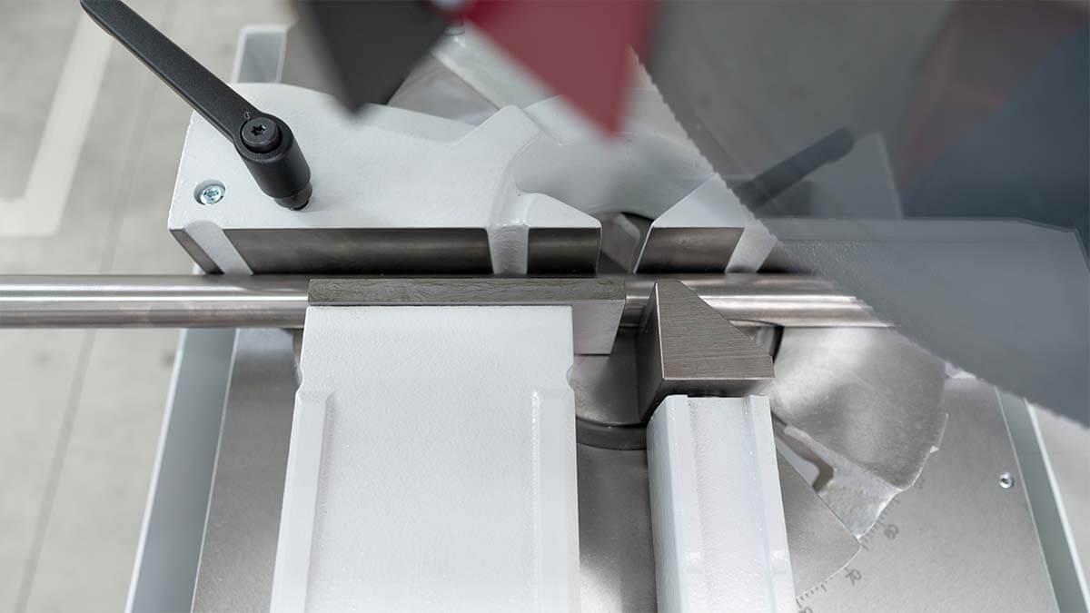 Behringer Eisele Vertikal-Metallkreissäge VMS 350 mit robustem Spannstock
