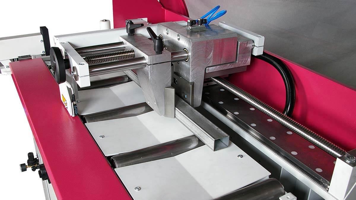 Behringer Eisele Vertikal-Kreissägeautomat VMS 400 A Nachschubgreifer zum Positionieren des Ausgangsmaterials